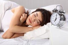 Schöne Frau über dem Schlafen im Bett Stockfotografie