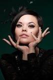Schöne Frau über dunklem Hintergrund Lizenzfreies Stockfoto