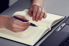 Schöne Frau übergibt Schreiben in einer Tagesordnung Stockbild