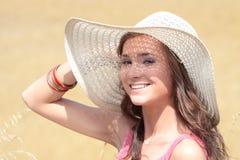 Schöne Frau auf Ackerland Lizenzfreie Stockfotos