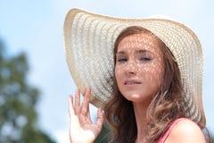 Schöne Frau auf Ackerland Stockfotos