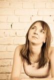 Schöne Frau auf Backsteinmauer Stockfoto