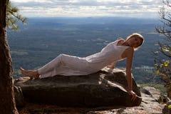 Schöne Frau auf Berg mit szenischer Ansicht Lizenzfreie Stockfotografie