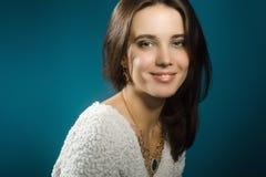 Schöne Frau auf blauem Hintergrund stockfotografie