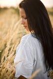 Schöne Frau auf dem Gebiet Lizenzfreies Stockfoto