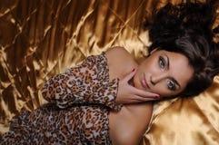 Schöne Frau auf dem großen Bett Stockfotografie
