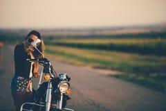 Schöne Frau auf dem Motorrad Lizenzfreie Stockfotografie
