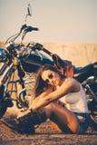 Schöne Frau auf dem Motorrad Lizenzfreie Stockbilder