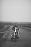Schöne Frau auf dem Motorrad Stockbilder