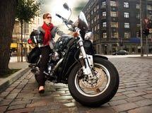 Schöne Frau auf dem Motorrad stockbild