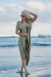 Schöne Frau auf dem Seeufer Lizenzfreies Stockfoto