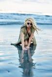 Schöne Frau auf dem Seeufer Stockfotografie