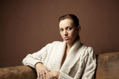 Schöne Frau auf dem Sofa Lizenzfreie Stockfotos