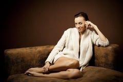 Schöne Frau auf dem Sofa Lizenzfreie Stockfotografie