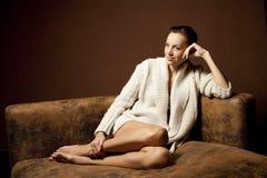 Schöne Frau auf dem Sofa Lizenzfreies Stockfoto