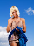 Schöne Frau auf dem sonnigen blauen Himmel Stockfotos