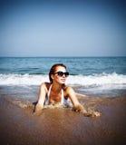 Schöne Frau auf dem Strand Stockfotos