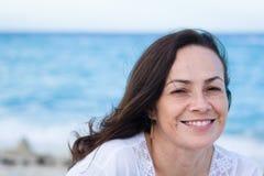 Schöne Frau auf dem Strand Stockfotografie