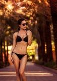 Schöne Frau auf dem Strand Stockbilder