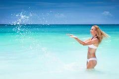 Schöne Frau auf dem Strand Stockbild
