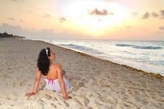 Schöne Frau auf dem Strand am Sonnenaufgang Stockfotografie