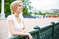 Schöne Frau auf der Brücke Stockbild
