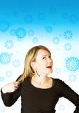 Schöne Frau auf einem Winterhintergrund Lizenzfreies Stockfoto