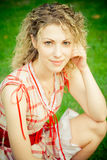 Schöne Frau auf grünem Feld am Sommer Stockfotos