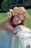 Schöne Frau auf Gras stockfotografie