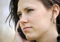 Schöne Frau auf Handy Stockfoto