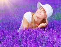 Schöne Frau auf Lavendelfeld lizenzfreies stockbild