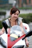 Schöne Frau auf Motorrad lizenzfreies stockfoto