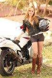 Schöne Frau auf Motorrad lizenzfreie stockfotos
