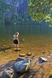 Schöne Frau auf ruhigem Kapellen-Teich Stockfotos