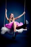 Schöne Frau auf Schwingen Lizenzfreies Stockfoto