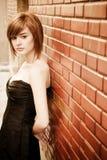 Schöne Frau auf Wand Lizenzfreie Stockfotografie