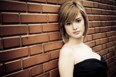 Schöne Frau auf Wand Lizenzfreies Stockfoto
