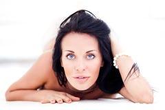 Schöne Frau auf Weiß lizenzfreies stockbild