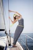 Schöne Frau auf Yacht stockfotos