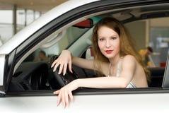 Schöne Frau am Auto Stockfoto