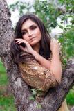 Schöne Frau berührt ihr Gesicht Lizenzfreie Stockfotos