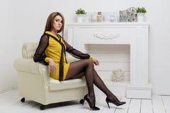 Schöne Frau beznes Shows des jungen Mädchens annonciert Kleidungskatalog-Geschäftsart im hellen hellen Studio Stockbilder