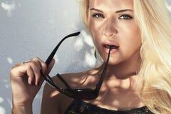 Schöne Frau blondes Mädchen der Schönheit mit Schatten auf dem Gesicht Sommerart sonnenbrille Lizenzfreie Stockbilder