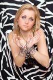 Schöne Frau dehnt heraus ihre Hände in den Ketten aus Lizenzfreie Stockbilder