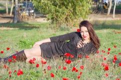 Schöne Frau in den Blumen Stockfotos