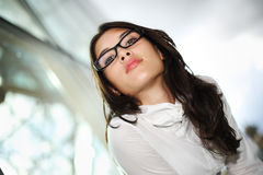 Schöne Frau in den Gläsern Stockfoto