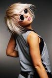 Schöne Frau in den Sonnenbrillen, die sich zurück drehen Stockfotografie