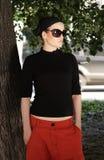 Schöne Frau in den Sonnenbrillen und im Halstuch Stockbild