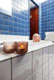 Schöne Frau in der Badewanne am Luxuxbadekurort Stockfoto