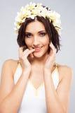 Schöne Frau in der Blumenkrone Lizenzfreies Stockbild